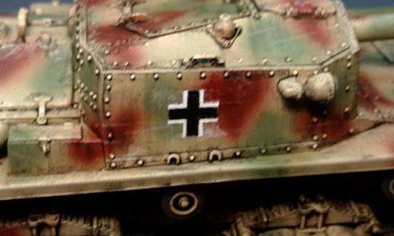 Malowanie aerografem niemieckich krzyży na czołgu